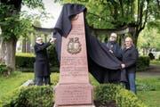 Andreas Osner, Bürgermeister von Konstanz, Nachfahre Edoardo Schmidt di Friedberg, und der St.Galler Regierungsrat Martin Klöti (von links) enthüllen den neuen Obelisken. (Bild: Ralph Ribi)