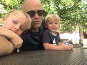 Rochus Braun mit seinen zwei Söhnen. (Bild: PD)