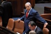 Benjamin Netanjahu kurz vor der entscheidenden Abstimmung am Mittwochabend in der Knesset. (Bild: Abir Sultan; EPA (Jerusalem)