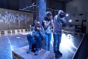 Angst vor dem nächsten Schlag, dem nächsten Missbrauch: Marcus Schäfer, Pascale Pfeuti und Fabian Müller in «Verminte Seelen» am Theater St. Gallen. (Bild: Jos Schmid)