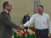 Der abtretende Stadtpräsident Roger Forrer nimmt Dankesworte seines Vize Gregor Rominger entgegen. (Bild: Margrith Pfister-Kübler)
