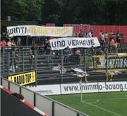 Dieses Plakat zeigten die Schaffhauser Fans beim Spiel in Winterthur. (Bild: Toja Rauch/Facebook)
