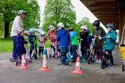 René Lauper begrüsst die Kinder zum Sicherheitskurs bei der Markthalle Wattwil. (Bild: Christiana Sutter)