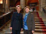Erhalten Bestnoten von der Bevölkerung: die Bundesrätinnen Karin Keller-Sutter (links) und Viola Amherd nach ihrer Wahl im vergangenen Dezember. (Bild: KEYSTONE/MARCEL BIERI)