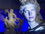 Der Schauspieler Antonio Ramón Luque leiht dem Sonnengott Apollo seine Stimme und sein Gesicht. (Bild: Matthieu Brouillard/Uni Bern)