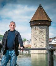 Der Forscher und sein Forschungsobjekt: Heinz Horat vor dem Luzerner Wasserturm. (Bild: Boris Bürgisser (Luzern, 16. Mai 2019))