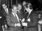 Danach gab es viel Wein: Die Bundesräte Jean-Pascal Delamuraz (vorne links) und René Felber (Mitte) verhandelten im Oktober 1991 in Luxemburg mit ihren europäischen Amtskollegen über den EWR. (Bild: Keystone)