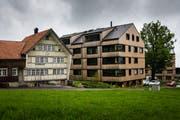 Moderne Architektur neben traditioneller Bauweise: So könnte Verdichtung mit Qualität laut dem Ausserrhoder Heimatschutz aussehen. Hier im Bild: die Wohnüberbauung auf der Vögelinsegg bei Speicher. (Bild: Claudio Weder)