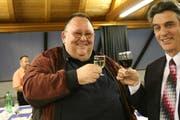 Wahlfeier am 12. März 2007: Der neue Bottighofer Gemeindeammann Urs Siegfried stösst mit seinem Vorgänger Carl Ruch an. (Bild: Susann Basler)