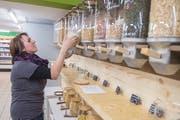 Die Kunden können selbst Behälter mit nehmen oder direkt vom Laden beziehen. (Bild: Boris Bürgisser, Willisau, 10. Mai 2019)