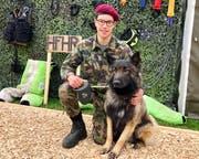 Hund «Hand» gehört jetzt ihm: Mathieu Karlen hat die RS bei den Hundeführern gemacht. (Bild: Christa Kamm-Sager)