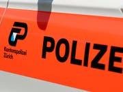 Zürcher Polizisten wollten am Donnerstagabend eigentlich in einer Wohnung Angehörigen eine Todesnachricht überbringen - und fanden dort einen toten Mann. (Bild: KEYSTONE/WALTER BIERI)