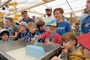 Der vierjährige Maurin Erni versucht sich im Handwerk des Käsers. Im Hintergrund (von links): Priska Niederberger, Schaukäser Armin Röllin und Lydia Barmettler. (Bild: Richard Greuter, Buochs, 31. Mai 2019)