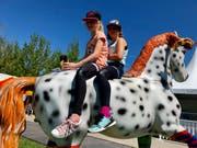 Vielleicht sitzen die beiden in ein paar Jahren auf einem richtigen Pferd? Lara und Lorraine haben einen Logenplatz auf dem Rücken des «Kleinen Onkels». (Bild: Christa Kamm-Sager)