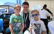 Der FCL-Verteidiger Claudio Lustenberger trifft an der Iheimisch seine treuen Fans Ben Imboden (links) und Niklaus Röthlin. (Bild: Romano Cuonz, Buochs, 31.Mai.2019)