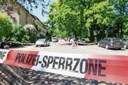 Die Polizei hat die Umgebung des Hauses, in dem sich das Tötungsdelikt ereignete, abgesperrt. (Bild: Ennio Leanza/Keystone (Zürich, 31. Mai 2019))