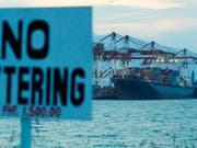 Das Frachtschiff «MV Bavaria» im philippinschen Hafen von Subic Bay mit 69 Containern voller Abfall an Bord. (Bild: KEYSTONE/AP/AARON FAVILA)