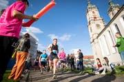 Läuferinnen und Läufer des Auffahrtslaufs 2019 unterwegs auf dem St.Galler Klosterplatz. (Bild: 30. Mai 2019)
