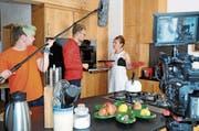 Regisseur Hans-Christian Hasselmann gibt Schauspielerin Rachel Braunschweig letzte Anweisungen. (Bild: Astrid Zysset)