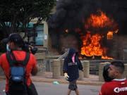 Bei heftigen Krawallen in der honduranischen Hauptstadt Tegucigalpa haben Demonstranten vor der US-Botschaft einen Stapel Pneus in Brand gesteckt. (Bild: KEYSTONE/AP/ELMER MARTINEZ)