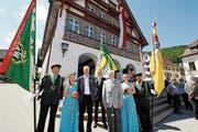 Sie haben Musik im Herzen: Guido Seitz (Dritter von links) und Hermann Rickert (Vierter von rechts), flankiert von Fähnrichen und Ehrendamen. Zwischen ihnen Veteranenobmann Armin Breu. (Bild: Max Tinner)