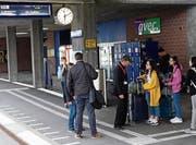 Die Bahnhofpaten, hier im Gespräch mit Reisenden, werden oft um Auskünfte gebeten. (Bild: Hanspeter Thurnherr)