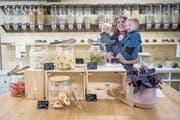 Einblick in Dorfladen Frischpunkt von Sandra Birrer (im Bild mit ihren beiden Kindern). (Bild: Boris Bürgisser, Willisau, 10. Mai 2019)