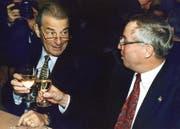 Was bewirkt Wein im Dienst der Politik? Der damalige FDP-Bundesrat Jean-Pascal Delamuraz (l.) stösst 1996 an der Albisgüetli-Tagung mit SVP-Politiker Christoph Blocher an. (Bild: Keystone)