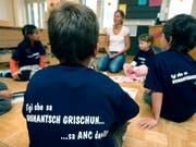 Erstklässler einer Schule in Graubünden, wo in der Schriftsprache Rumantsch Grischun unterrichtet wird. (Bild: KEYSTONE/ARNO BALZARINI)