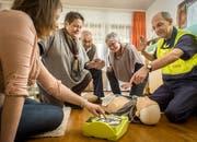 Ein Hauskurs: Ein Samariter erklärt die Funktion des Defibrillators. (Bild: Reto Martin)