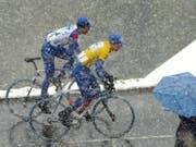 Die Tour de Romandie hat immer wieder mit widrigen Wetterbedingungen zu kämpfen. Hier ein Bild aus dem Jahr 2002 (Bild: KEYSTONE/LAURENT GILLIERON)