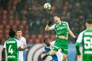 St. Gallens Simone Rapp wird von Grasshopper Djibril Diani in den Rücken gestossen. (Bild: Keystone/Ennio Leanza)