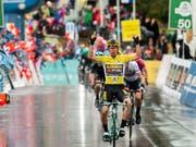 Leader Primoz Roglic gewinnt im Regen die verkürzte 4. Etappe der Tour de Romandie, die mit einer Bergankunft im Wallis zu Ende ging (Bild: KEYSTONE/JEAN-CHRISTOPHE BOTT)