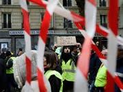 Die Reihen bei den «Gelbwesten»-Protesten in Frankreich lichten sich: Am Samstag sank die Anzahl der Demonstrierenden auf den niedrigsten Stand seit Beginn der Proteste. (Bild: KEYSTONE/AP/KAMIL ZIHNIOGLU)