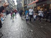 Hand in Hand geht es durch die Luzerner Altstadt. (Bild: David von Moos)