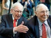 US-Börsenguru Warren Buffett (88, links) und sein Vize Charlie Munger (95) an der Aktionärsversammlung ihrer Investmentgesellschaft Berkshire Hathaway. (Bild: KEYSTONE/AP/NATI HARNIK)