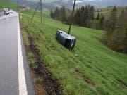 Alle vier Insassen blieben unverletzt. Das Auto überschlug sich und kam an einem Strommasten zum Stillstand. (Bild: Kantonspolizei Appenzell Ausserrhoden)