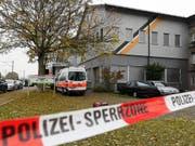 Polizei-Razzia in der An'Nur-Moschee in Winterthur im November 2016. Ein verurteilter Prediger ist nun ausgeschafft worden. (Bild: KEYSTONE/WALTER BIERI)