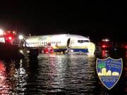 Die Maschine mit über 140 Menschen an Bord schlitterte in Florida bei Jacksonville in einen Fluss. (Bild: Jacksonville Police/Twitter)