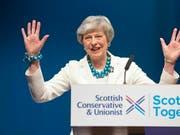 Nach der Ohrfeige bei den Kommunalwahlen in Grossbritannien: Premierministerin Theresa May will im Brexit-Streit auf die Opposition zugehen und plant einen Kompromissvorschlag. (Bild: KEYSTONE/AP PA/JANE BARLOW)