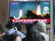 TV-Bilder in Südkorea zeigen am Samstag Raketentests aus dem nördlichen Nachbarland. (Bild: KEYSTONE/AP/AHN YOUNG-JOON)