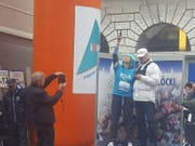 Franziska Bitzi mit gibt den Startschuss zum Solidaritätslauf mit blauer Perücke. (Bild: David von Moos)