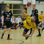 Altdorfs Tomas Adamcik (am Ball) kann seine Torstatistik leicht aufbessern. Bild: Urs Hanhart (Altdorf, 27. April 2019)