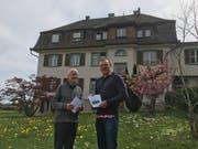 Pfarrer Josef Gander, Bewohner des Priesterhauses, und Kirchenpfleger Simon Tobler erklärten die Botschaft. (Urs Brüschweiler)