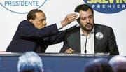 Silvio Berlusconi (links) geht bei einem Wahlkampfauftritt im Jahr 2018 Matteo Salvini zur Hand. Bild: Angelo Carconi/EPA (Rom, 1. März 2018)