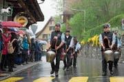 Trotz Regenschauer begeisterten die Trychler die Zuschauer am Strassenrand. (Bild: Bild: Maria Schmid (Oberägeri, 4. Mai 2019))