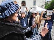 Jugendliche sorgten mit Kübeln auf dem Kopf für Wassernachschub bei den Wäscherinnen. (Bilder: Ernst Hunkeler)