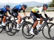 Egan Bernal (vorne rechts) muss wegen eines Schlüsselbeinbruchs auf den Giro verzichten (Bild: KEYSTONE/EPA EFE/TONI ALBIR)