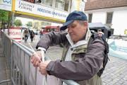 Der gebürtige Italiener Horwer Donato Brancaccio ist auf dem Kapellplatz mit Kabelbinder und Zange im Einsatz. (Bild: Michael Wyss, Luzern, 4. Mai 2019)