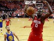 Houstons Clint Capela beim Dunk gegen die Golden State Warriors (Bild: KEYSTONE/FR171023 AP/ERIC CHRISTIAN SMITH)